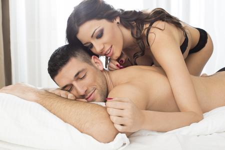 amour couple: Attractive couple dans le lit