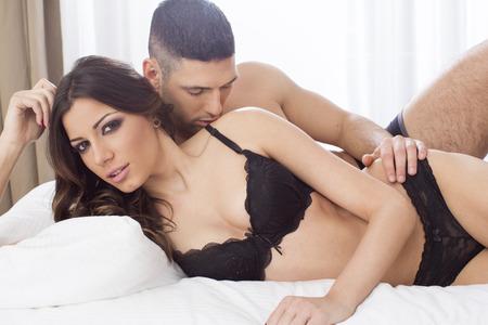 femme en sous vetements: Attractive couple dans le lit