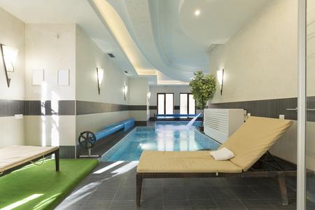 Overdekt zwembad in het spacentrum