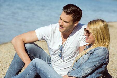 Jeune couple à la plage sur une journée ensoleillée