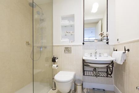 cabine de douche: Salle de bains moderne avec cabine de douche Banque d'images