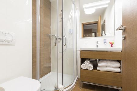 cabine de douche: Salle de bain avec cabine de douche Banque d'images