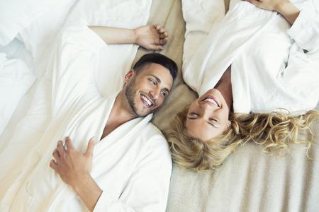 침대에서 아름 다운 젊은 부부