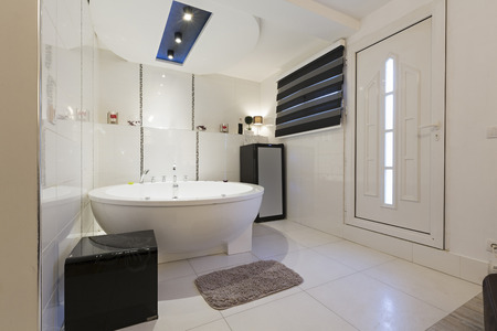luxuriously: Hotel bathroom with jacuzzi bath