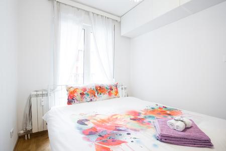 modern bedroom: Elegant modern bedroom interior