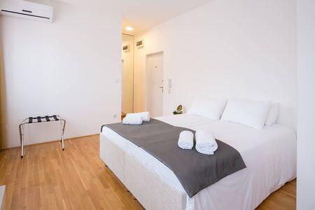 modern bedroom: Modern hotel bedroom interior