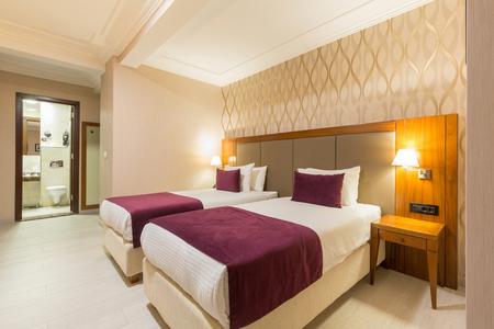 Interieur van een hotel slaapkamer in de avond Stockfoto