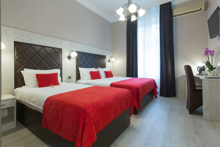 Wnętrze sypialni hotelowej wieczorem