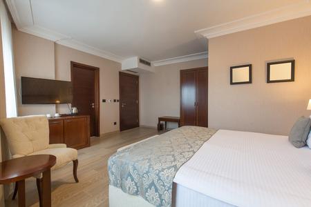 Wnętrze luksusowej sypialni hotelowej z podwójnym łóżkiem
