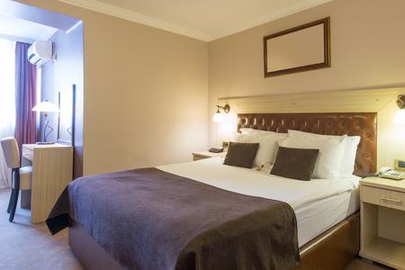 Wnętrze sypialni hotelowej