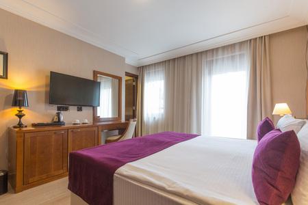 Interior de dormitorio de hotel de cama doble de lujo