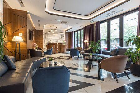 Interno di una moderna reception di un hotel di lusso