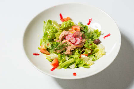 Mediterranean tuna salad served on white plate 版權商用圖片