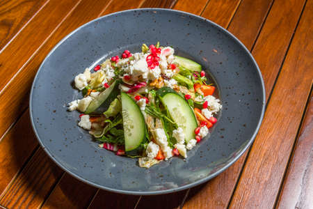 Mixed green salad with goat cheese and pomegranates 版權商用圖片