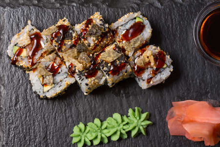 Smoked salmon roll sushi served on blackstone Standard-Bild