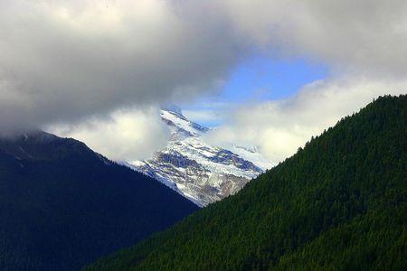 Clouds cover the peak of Mount Rainier in Washington State, Mount Rainier National Park Imagens