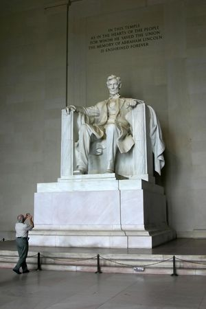 An unknown photographer is taking photograph of Lincoln Monument in Washington DC Imagens