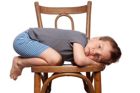 Sad Junge sitzt auf dem Stuhl, Isolation Lizenzfreie Bilder