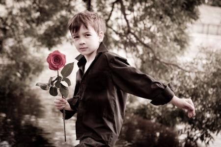 Boy mit Rose in der Hand Lizenzfreie Bilder