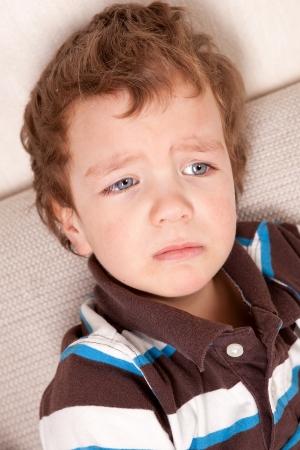 child crying: Retrato del niño pequeño y triste, de interior