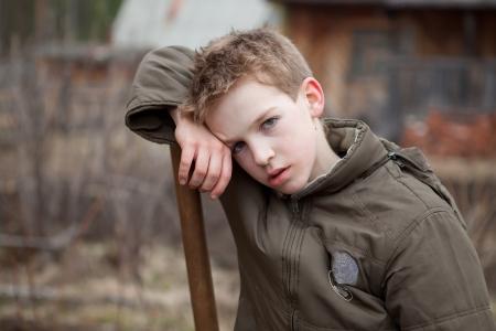 after to work: Retrato del adolescente cansado despu�s del trabajo Foto de archivo