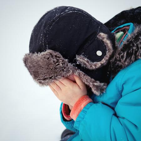 delito: Kid escondi� la cara entre las manos, la ofensiva Foto de archivo