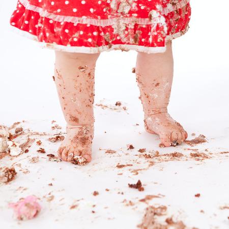schmutziges Baby Füße auf weißem Hintergrund, Studio