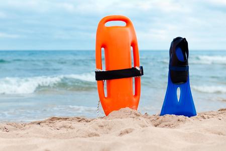 salvavidas: Equipo de salvamento en la playa,