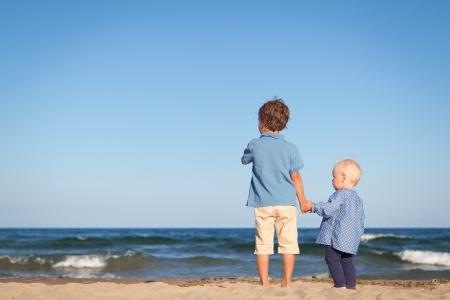 Bruder und Schwester auf Spaziergang in der Nähe von Meer, im Freien Lizenzfreie Bilder