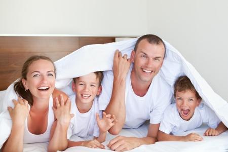 Portrait der glücklichen Familie und Spaß im Haus Lizenzfreie Bilder