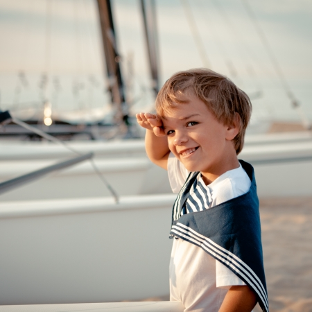 Portrait of young sailor near yacht, outdoor Standard-Bild