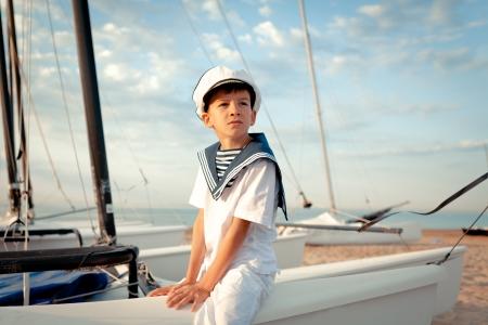 Porträt der jungen Segler in der Nähe von Yacht, im Freien
