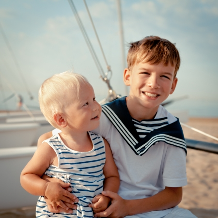 Portrait of young sailor and girl near yacht, outdoor Standard-Bild