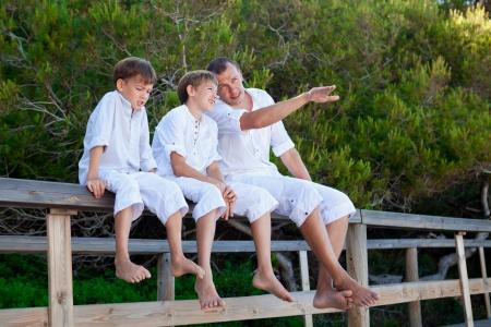 teen boys: Ritratto del padre e tre figli, all'aperto