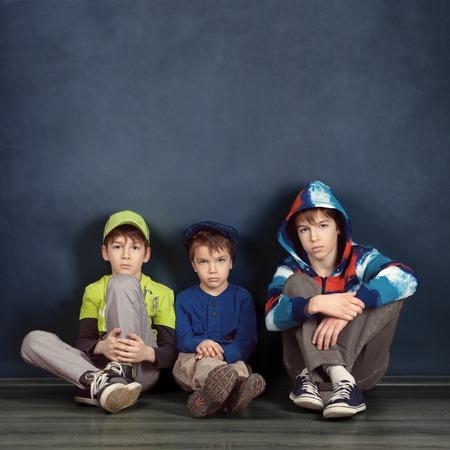 Portrait von drei Brüdern auf blauem Hintergrund, Studio