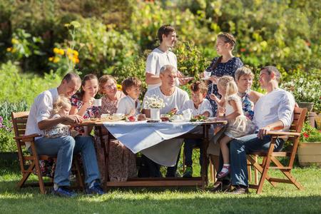 Mooiste gelukkig gezin in de tuin, portret van drie generaties, outdoor