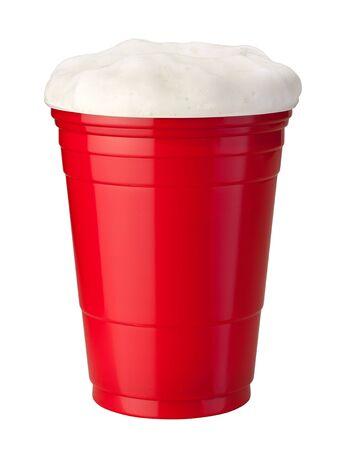 Beer in een rode Plastic Cup geïsoleerd op wit Stockfoto