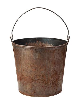 Oude Rusty Bucket op wit wordt geïsoleerd