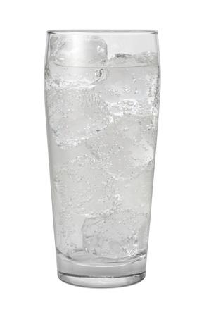 Club Soda Water Geïsoleerd met clipping path op een witte achtergrond