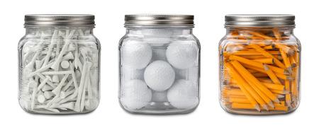 pelota de golf: Las pelotas de golf, tees y lápices en un tarro de cristal aislado en blanco con una máscara de recorte. Foto de archivo