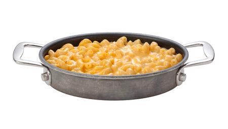 macarrones: Macarrones con queso en una olla ovalada, con asas cromadas, aislados en un fondo blanco con un trazado de recorte. Foto de archivo