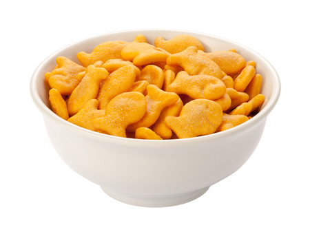 galletas integrales: Galletas Goldfish en un plato blanco, aislados en blanco con un trazado de recorte.