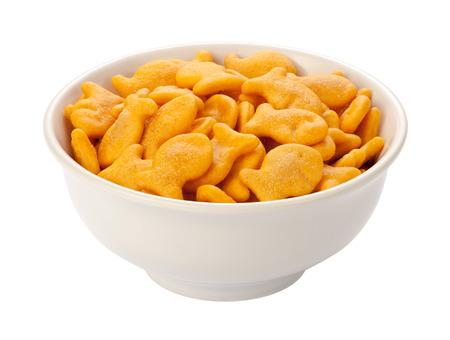 Goldfish Crackers in een witte schotel, geïsoleerd op wit met een clipping path.