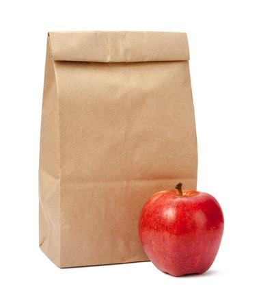 Brown Bag Lunch met een rode appel Stockfoto