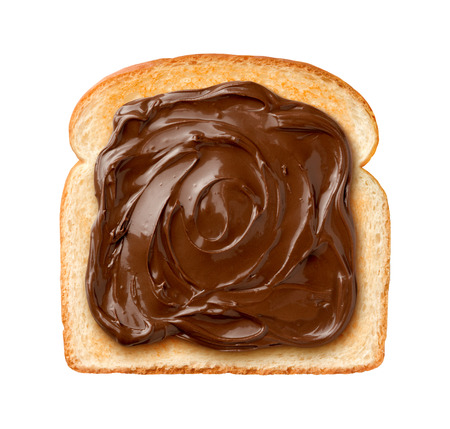 comiendo pan: Vista a�rea de crema de chocolate en una sola rebanada de pan tostado. Aislado en un fondo blanco