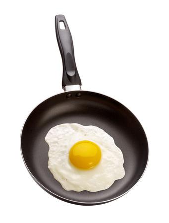 Gebakken Ei in een pan die op wit met een het knippen weg. Het beeld is in volle focus, van voor naar achter.