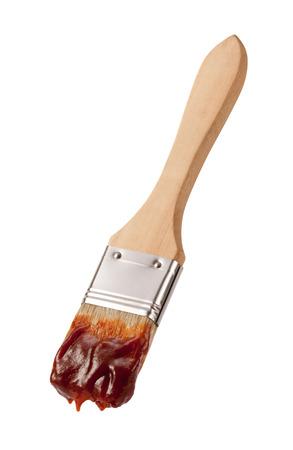 pincel: Cepillo Barbacoa con un mango de madera aislado en blanco. La imagen est� enfocada por completo, de adelante hacia atr�s.
