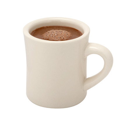 화이트 세라믹 낯 짝에 핫 초콜릿. 이미지 클리핑 패스와 함께 흰색 배경에 고립 된 컷 아웃입니다.