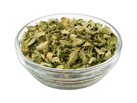 Oregano in een glazen kom. Deze gedroogde kruid bladeren kunnen worden toegevoegd aan verschillende voedingsmiddelen om smaak te verbeteren. Het beeld is een cut out, die op een witte achtergrond, met een het knippen weg.