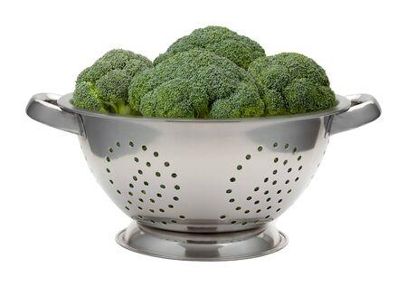 ustensiles de cuisine: Le brocoli frais dans un acier inoxydable Passoire. Ce légume sain est riche en nutrition. L'image est une découpe, isolé sur un fond blanc. Banque d'images